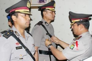 Kapolres Metro Jakarta Selatan memasangkan tanda jabatan Kapolsek Pancoran kepada Kompol Minto Padal Putro pada acara Sertijab pejabat teras di lingkungan Polres Metro Jaksel.