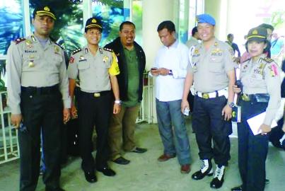 Kapolsek Pancoran  dan Camat Pancoran meninjau pelaksanaan pemungutan suara di TPS 17 Kalibata City.